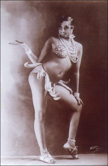 """Dans le spectacle musical la """"Revue nègre"""", quelle artiste fait frémir le Tout-Paris avec sa tenue légère et ses danses exotiques et érotiques ?"""