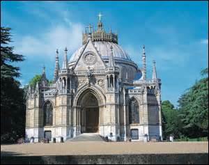 Je vous présente la chapelle royale où se trouvent les sépultures de la famille d'Orléans.
