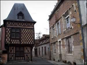 Sur la gauche de la photo, la Chancellerie, à droite la Maison Saint-Pol ou maison de François 1er, dans une ville du Loir-et-Cher de plus de 18 000 habitants.