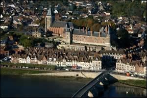 Quelle est cette ville connue pour ses faïenceries, dont le château, construit dès le VIIIe siècle, remanié au XVe siècle après des destructions, très endommagé lors de la Seconde Guerre mondiale, abrite le musée international de la Chasse ?