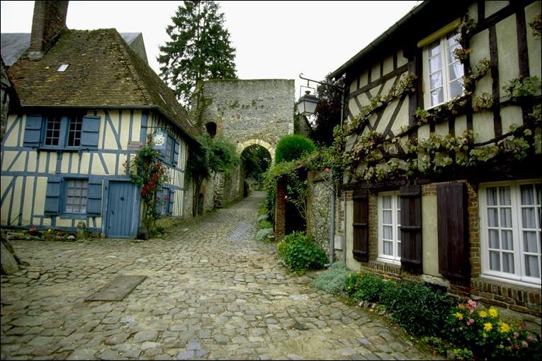 """C'est dans ce lieu, classé parmi les plus beaux villages de France, que le peintre Henri Le Sidaner réalisa un grand nombre de ses oeuvres dans le style intimiste qui le caractérise. Comment s'appelle ce village, situé dans le département de l'Oise ? (clin d'oeil aux fidèles des quizz """"Peinture"""" ! )"""