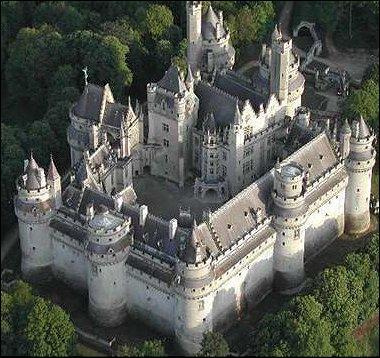 Dans quelle ville de l'Oise, située en lisière de la forêt de Compiègne, pouvez-vous visiter cet imposant château fort bâti au Moyen-Age, restauré par Viollet-le-Duc au 19e siècle ?
