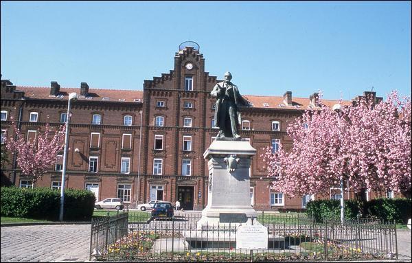 """A Guise, au nord de l'Aisne, se trouve le """"Familistère"""" ou """"Palais social"""", fondé par Jean-Baptiste Godin, industriel philanthrope du 19e siècle. Quel était le domaine d'activité de l'usine Godin ?"""