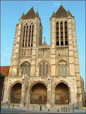 La première cathédrale de style gothique fut érigée à Noyon dans l'Oise, au 12e siècle, mais c'est aussi dans cette ville que vit le jour un célèbre théologien et réformateur protestant de la Renaissance. Il s'agit de :