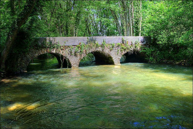 Ce pont qui est à la frontière entre la France et la Suisse, a été construit en 1757 sur le Versoix, dans l'Ain, à :