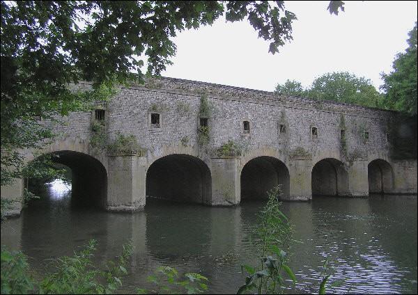 Ce pont construit en 1746 sur le canal des écluses à Thionville en Moselle, est appelé :