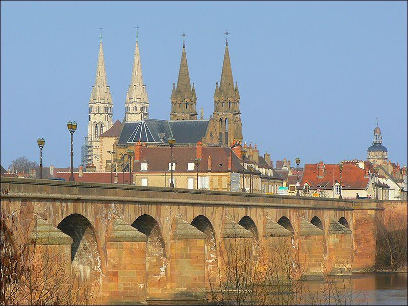 Ce pont de 13 arches construit sur l'Allier en 1763 à Moulins est inscrit aux monuments historiques depuis 1946. Il se nomme :