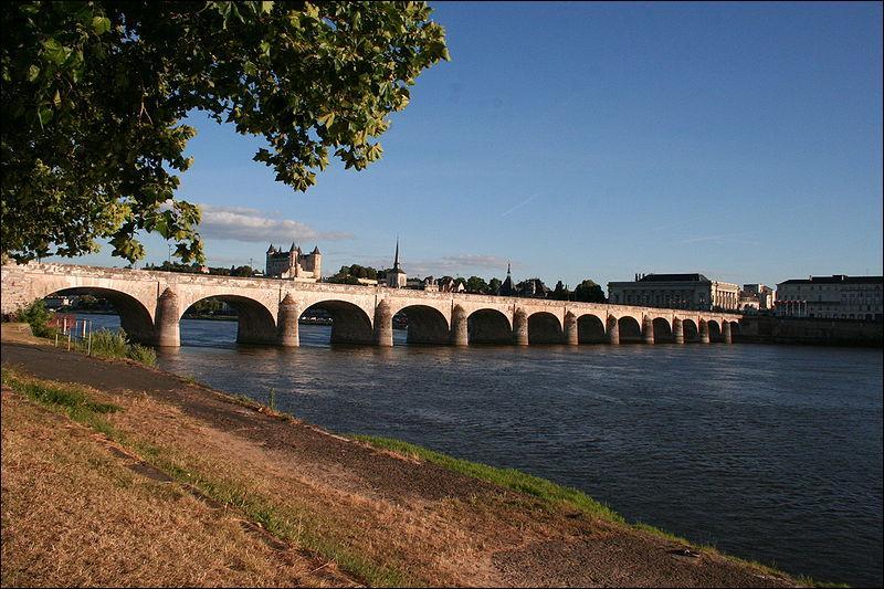 Le pont Cessart, de 12 arches, construit sur la Loire dans le département du Maine-et-Loire en 1770 (au patrimoine mondial en 2000) est situé à :