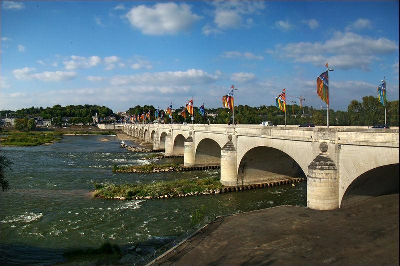 Le pont Wilson de 434 mètres de long avec ses 15 arches sur la Loire, a été construit en 1778 (au patrimoine mondial en 2000). Il est situé à :