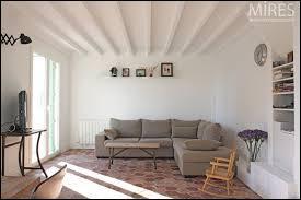 Cette pièce est entourée de quatre murs :