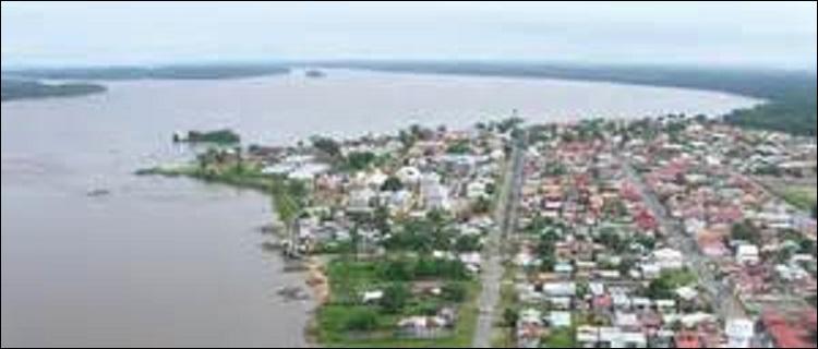 Quelle est cette ville de plus de 40 000 habitants se trouvant un peu en arrière de l'embouchure du fleuve dont elle tient une partie de son nom ?