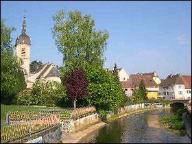 La frontière entre la France et la Suisse passe entre les villes de Delle, 5 864 habitants et celle de Boncourt, 1 253 habitants. Quelle ville est française ?