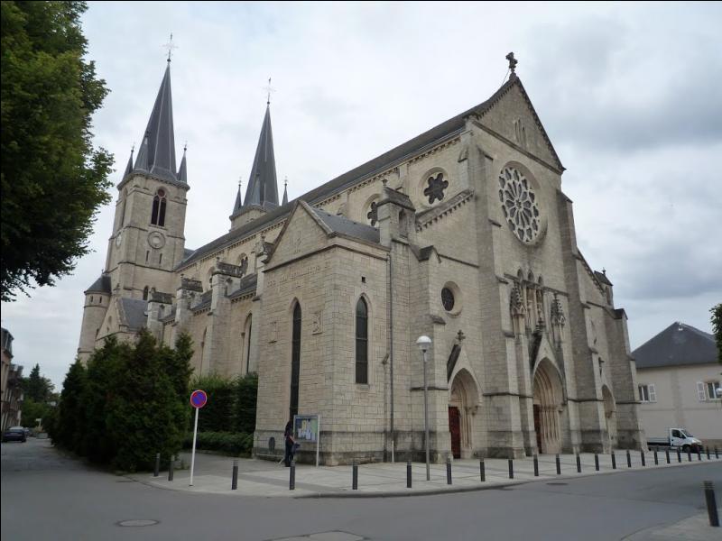 À proximité de cette commune du département de la Moselle constituant l'un des trois points de la frontière entre la France et le Luxembourg passe une voie romaine. De quelle ville s'agit-il ?