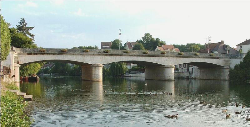Ce pont routier de 70 mètres sur 3 arches, traverse le Loing. Il a été construiten 1804 à Nemours en Seine-et-Marne, et s'appelle bien sûr le pont de :