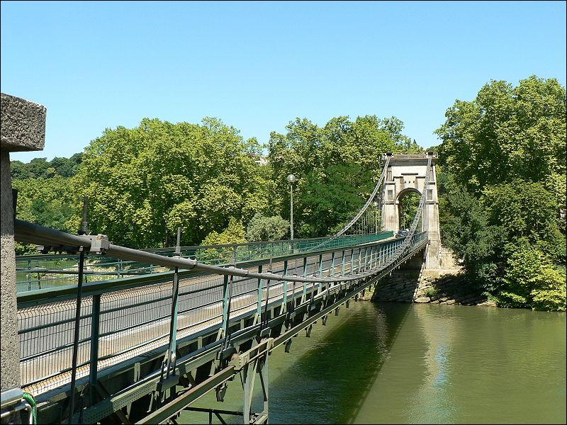 Ce pont suspendu monopylone sur la Saône a été construit en 1827 à Lyon. Il se nomme :