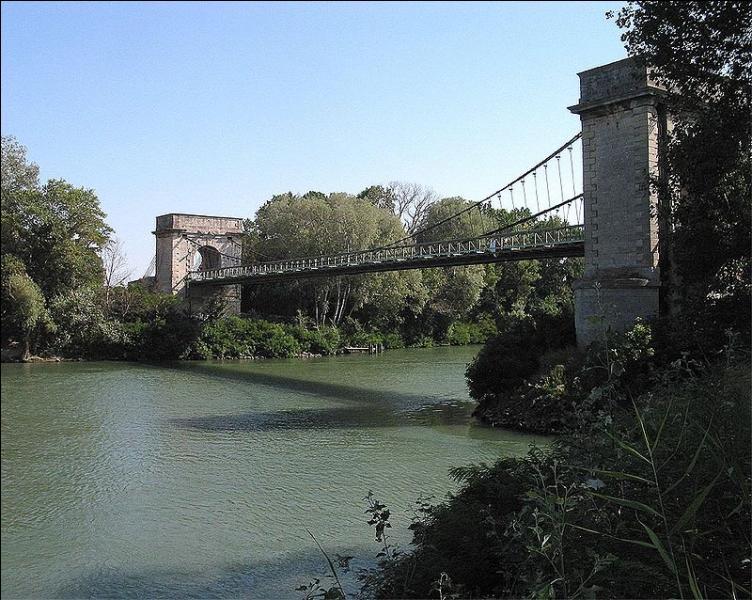 Ce pont de 157 mètres, sur le Petit-Rhône à Arles, a été construit en 1830. Il estinscrit aux Monuments historiques depuis 1988 et se nomme :