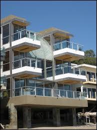 Lorsqu'elle accompagne l'homme de sa vie, l'acteur Smith Jerrod, la Samantha délurée de la série Sex and the City, la new-yorkaise, vit dans une splendide villa côtière, sur une plage célèbre de Los Angeles, laquelle ?