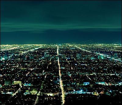 Venu de l'espace pour faire de la botanique, E.T et sa bande ont aterri près d'un tapis de lumières dans la nuit, dans la forêt. De quelle ville voit-il les lumières dont il ignore alors qu'il les verra de très près un certain temps ?