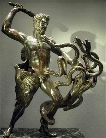 C'est à Tirynthe, une ancienne cité mycénienne du Péloponnèse, qu'Eurysthée, alors roi de l'Argolide, ordonna à un héros d'accomplir 12 travaux, ce dernier soucieux de racheter ses crimes. Qui est-il ?