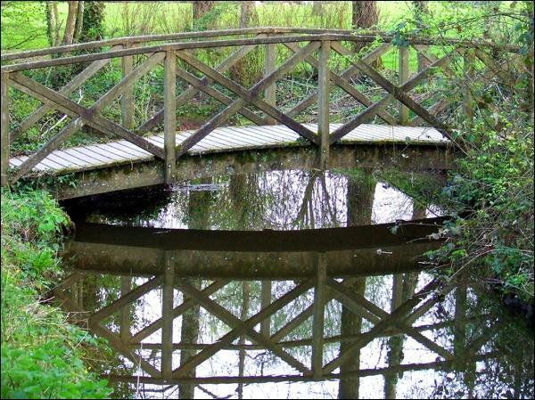 Puis je l'ai recouvert - De rondins de bois vert - Pour rendre à la rivière - Son vieil air d'autrefois !