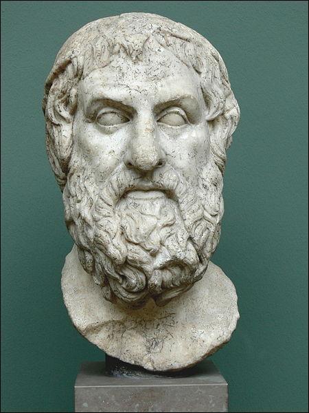 Né à Colone, à côté d'Athènes vers 495 avant J.-C., ce dramaturge est l'un des 3 grands tragiques grecs. Il a écrit 122 pièces. Qui est-il ?