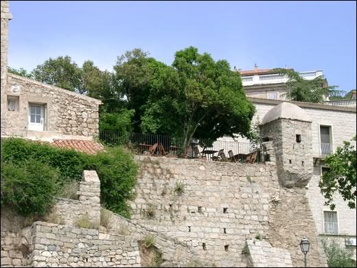 L'échauguette, vestige des remparts, édifiée au XVIe siècle pour guetter les envahisseurs venus de la mer, est le symbole de cette ville de Corse-du-Sud.
