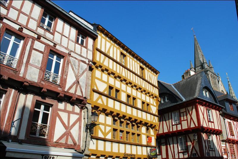 """""""La cité des Vénètes"""", bâtie en amphithéâtre au fond du golfe du Morbihan, classée Ville d'Art et d'Histoire, abrite environ 220 maisons en pans de bois dans l'intra-muros."""