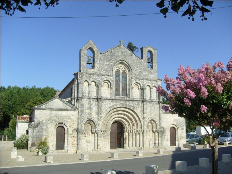 L'église Saint-Vivien est un des plus anciens monuments de cette ville de Charente-Maritime. Quelle est cette cité médiévale dominée par un imposant donjon roman, située sur la route de Saint-Jacques-de-Compostelle ?