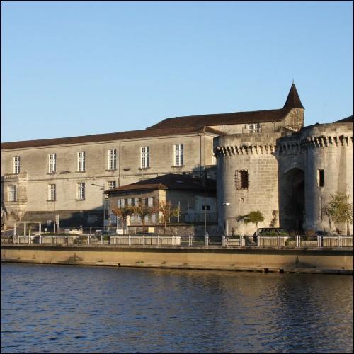 Visitez la ville natale de François 1er, dans le département de la Charente, mais n'abusez pas de son eau-de-vie !
