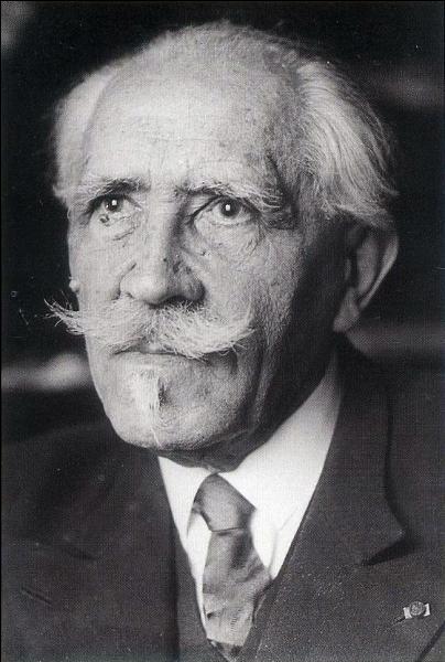 Ce physicien français né à Paris en 1872 est connu pour sa théorie du magnétisme, ses travaux sur la relativité restreinte et le sonar il se nomme :