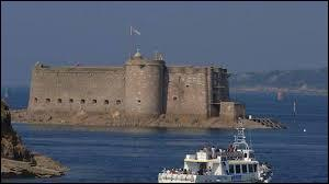 Ce château breton situé sur une île se nomme ...