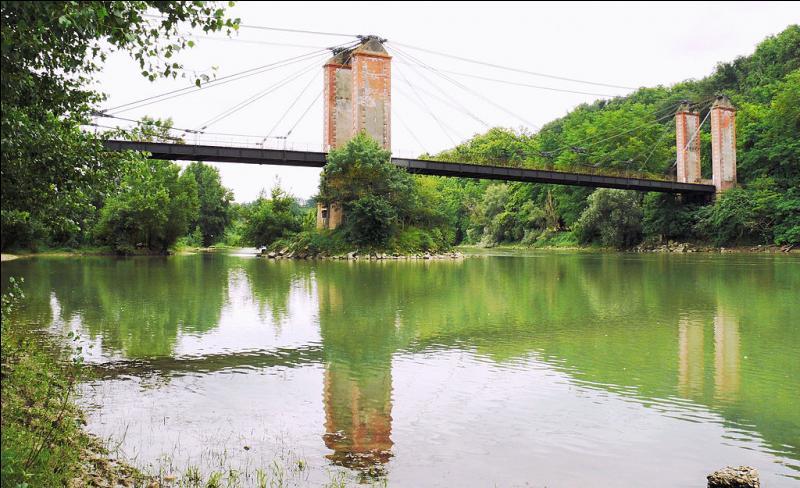 Ce pont à câbles de 173 mètres de long, actuellement ''hors service'', a été construit en 1913 sur la Garonne dans le Tarn-et-Garonne, à :