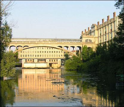 Le Pont Hardi est un pont-arc, privé, des chocolateries Meunier. Il a été construit en 1905 sur la Marne, à :