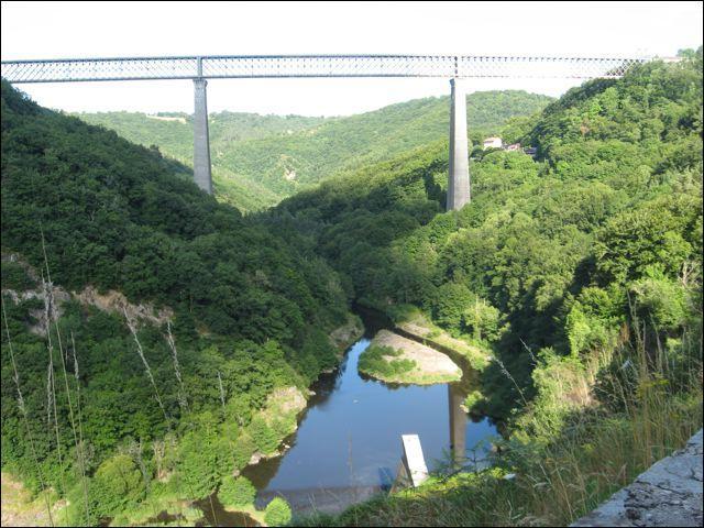 Le viaduc de Fades de 470 mètres de long, sur la Sioule, est le plus haut pont ferroviaire français à 132, 5 mètres de hauteur. Il a été construit en 1909 dans le Puy-de-Dôme, à :