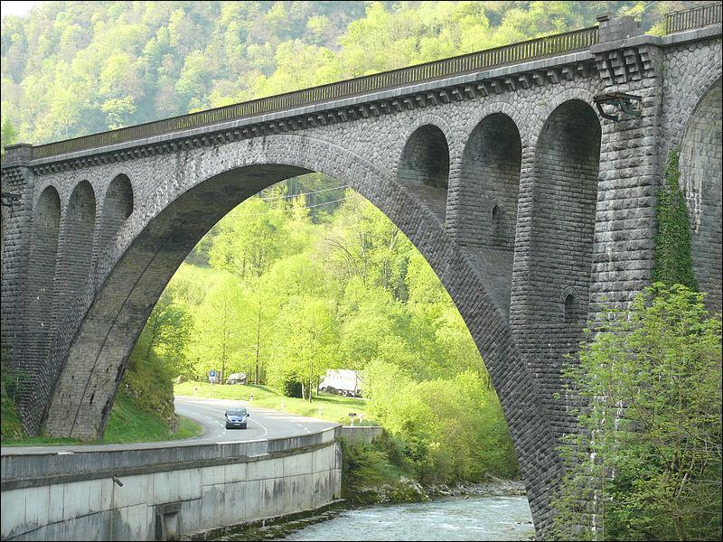 Ce viaduc ferroviaire de 133 mètres de long a été construit en 1909 sur le gave d'Aspe dans les Pyrénées-Atlantiques, à :