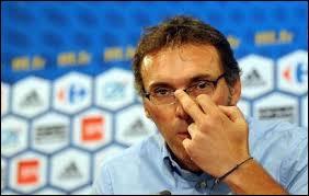 Laurent Blanc a dirigé l'équipe de France de 2010 à 2012. Quel geste affectueux faisait-il sur Fabien Barthez en entrant sur le terrain lors de la Coupe du monde 98 ?