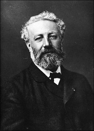 Écrivain visionnaire, né en 1828 à Nantes. Il a écrit : ''l'Étoile du sud'', ''Robur le Conquérant''. Il sera membre de la Société de géographie. Il meurt en 1907 et repose au cimetière de la Madeleine à Amiens. Il s'agit de :