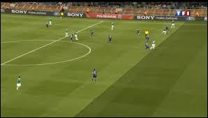 La superficie d'un terrain de football est d'environ 70 ...