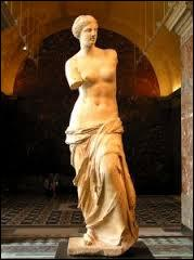 Je suis souvent représentée sans bras et je suis la déesse de la beauté et de l'amour. Qui suis-je ?