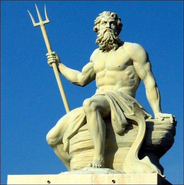 Je suis représenté avec un trident et je suis le dieu de la mer. Parfois, on m'appelle Neptune. Qui suis-je ?