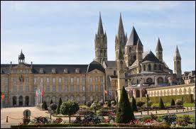 """L'Abbaye aux hommes se situe dans une ville de Basse-Normandie surnommée """"la vile aux cent clochers"""". Pour la voir, rendez-vous à ..."""