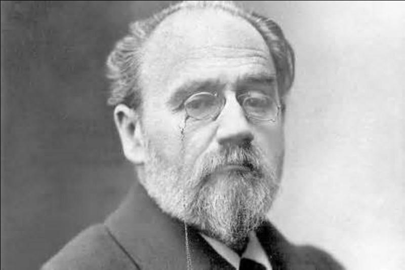"""Ce dernier convainc Clemenceau (alors sans mandat et rédacteur du journal L'Aurore) de l'innocence de Dreyfus. Écœuré par l'acquittement du véritable coupable, c'est lui qui trouve le titre du plaidoyer Dreyfusard """"J'Accuse"""" publié le 13 janvier 1898, écrit par un de ses journalistes. Mais comment se nomme cette personne qui est aussi l'un de nos plus grands écrivains ?"""