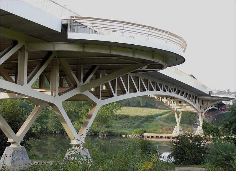 Le pont Saint-Pritz, en treillis de 160 m de long sur la Mayenne dans le département du même nom, a été construit en 1998 à :