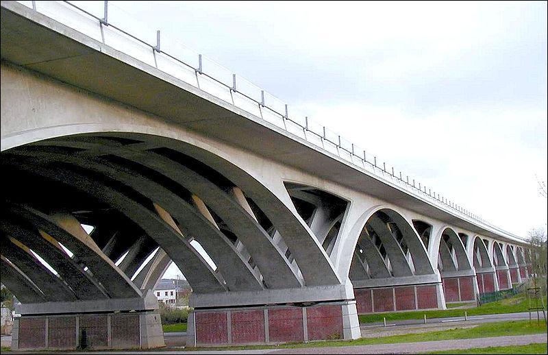 Ce viaduc en arc de 275 m de long enjambe l'A29, il a été construit en 1998 dans le Calvados à :