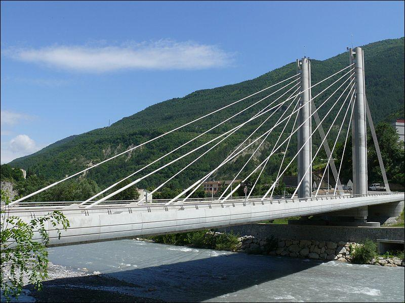 Ce pont à haubans, monopylone, a été construit sur le Var dans le département du même nom en 2005 entre :
