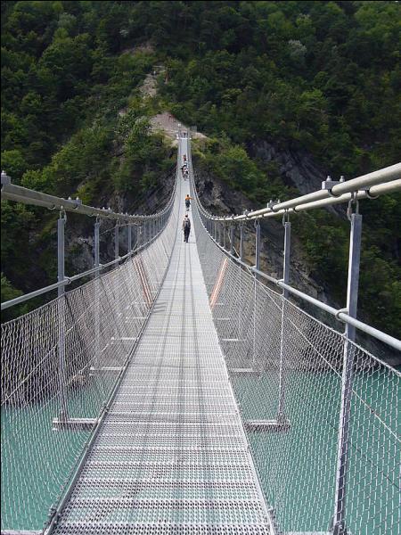 Cette passerelle suspendue sur le Drac a été construite en 2007 entre Lavars et Mayres-Savel en Isère, elle a pour nom :