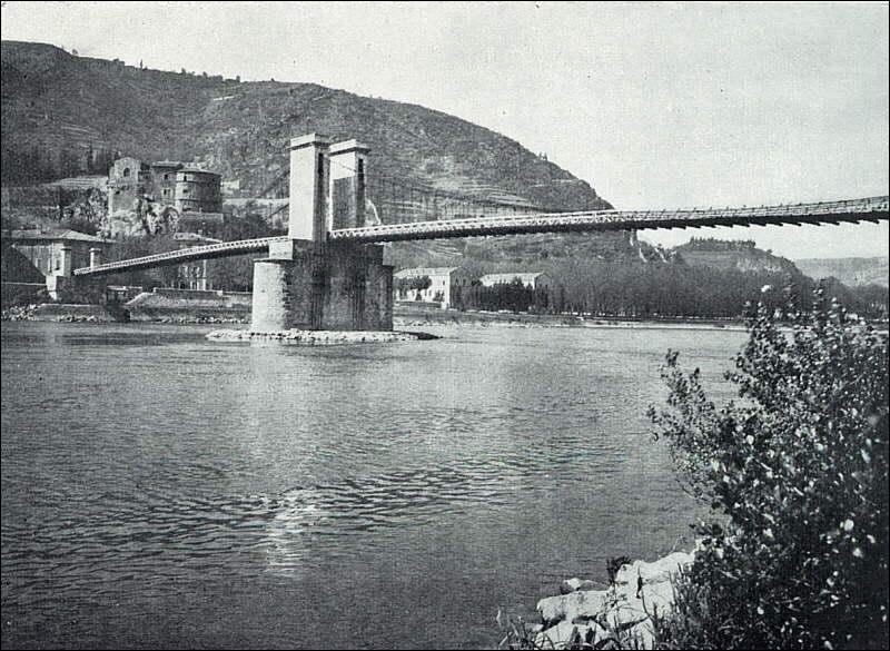 Ce pont routier construit sur le Rhône entre les départements de la Drôme et de l'Ardèche en 1825, a été détruit en 1965 (il a été le premier grand pont suspendu léger construit en Europe) il était situé à :