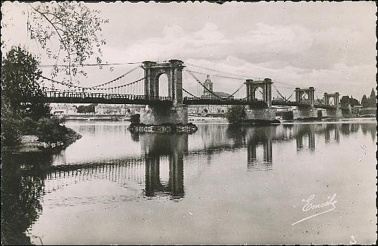 Ce pont de 431 mètres sur la Loire, construit en 1842 dans le département du Maine-et-Loire a été reconstruit en 1927 à :