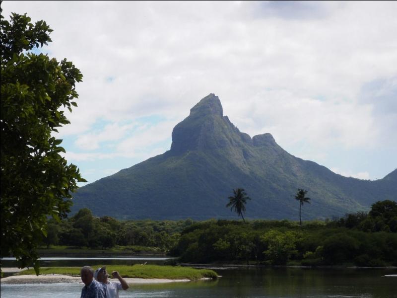 Quelle île voit son plus haut sommet culminer à 828 mètres ?