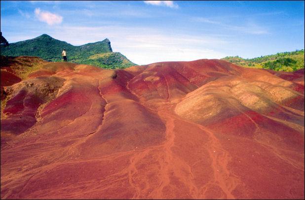 Sur quelle île se trouve la plaine de Chamarel, réputée pour sa terre aux couleurs variées, sa cascade... ?